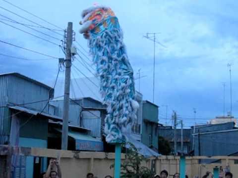 Đoàn lân sư rồng Lâm Minh Thạnh biểu diễn tiết mục Lân Lên Mai Hoa Thung