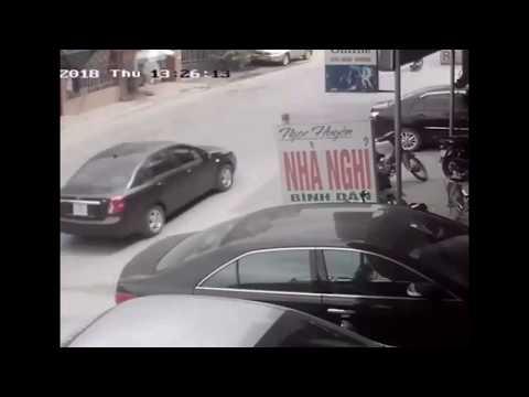 Lái xe bẻ lái tránh 2 nữ sinh