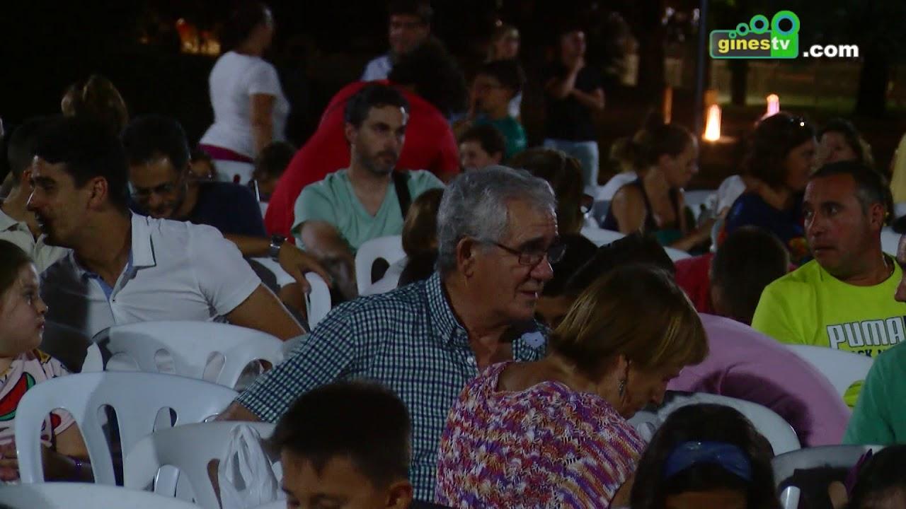 El ciclo 'Miércoles de cine' llenó el Parque Municipal con la proyección de 'Los Pitufos'