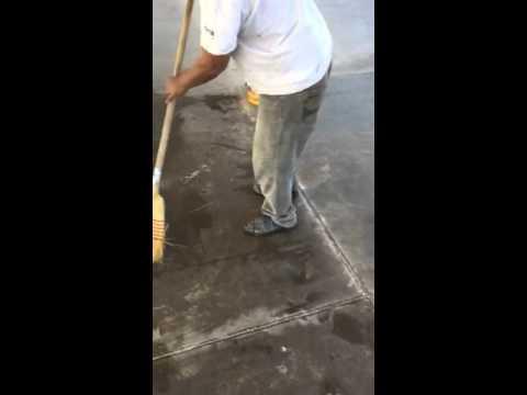 C mo limpiar pisos con cido en muy masculino doovi - Como limpiar el azulejo del piso ...