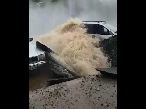 Фонтан высотой 17 метров повредил четыре автомобиля в Павлодаре