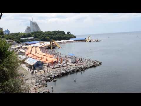 Центральный галечный пляж Анапы околи ДИЛУЧ а