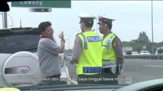 Video Dikejar Polisi, Supir Angkot Ini Malah Masuk Pusat Perbelanjaan - 86 download MP3, 3GP, MP4, WEBM, AVI, FLV Desember 2017