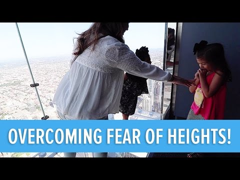 OVERCOMING THE FEAR OF HEIGHTS ON THE WILLIS TOWER SKYDECK!