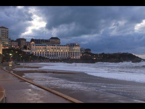 Calendrier Maree Biarritz.Grosses Vagues Pendant Une Grande Maree A Biarritz