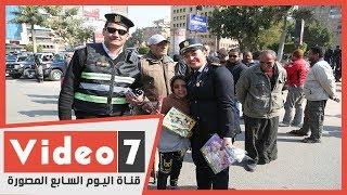 أمن الجيزة يحتفل بعيد الشرطة بتوزيع الحلوى والورود على المواطنين
