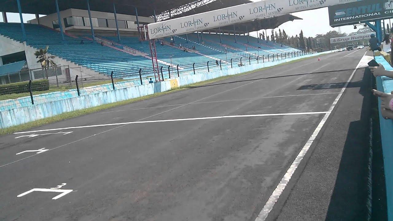 Circuit Sentul : Mclaren p vs ferrari speciale drag race in sentul