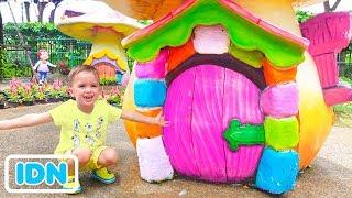 Vlad dan Nikita bermain dengan Mom di Taman Keluarga Menyenangkan