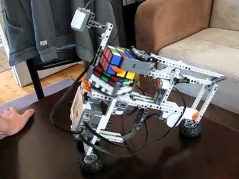 Лего-робот собирает кубик
