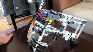 Лего-робот собирает кубик Рубика