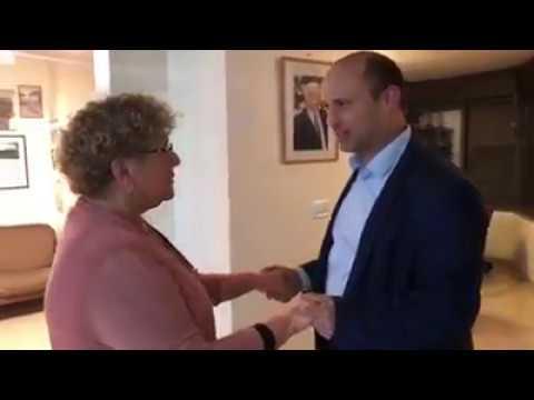 השר בנט מבשר למרים פרץ על זכיתה בפרס ישראל