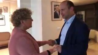 השר בנט מבשר למרים פרץ על זכיתה בפרס ישראל לרוח הגבורה היהודית-ישראלית