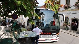 Busreisende kommen zum Goldenen Hirschen in Ybbsitz in der Eisenstraße