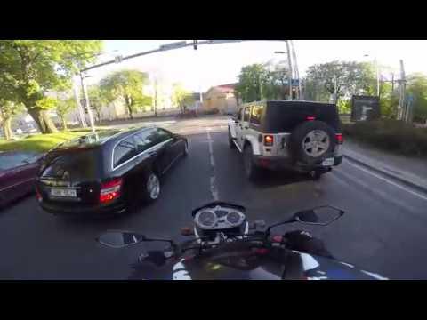 на мотоцикле по старому городу Таллинн Эстония