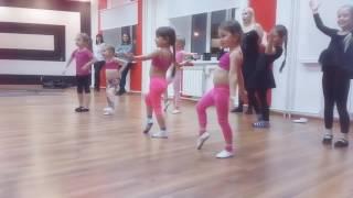 Танцы дети веселый урок.