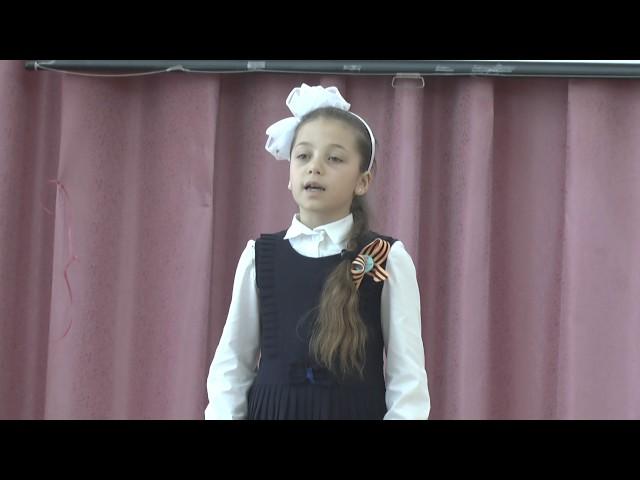Изображение предпросмотра прочтения – АнгелинаГринчишина читает произведение «Девочка играла возле дома» А.М.Джека