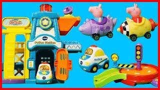 佩佩豬粉紅豬小妹和喬治豬開著玩具車參觀警察局