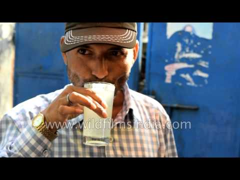 Street vendor selling fresh lemon juice: Delhi