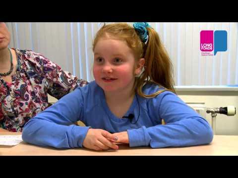 Julia (8) Kijkt Met De Dokter Hoe Het Met Haar Longen Gaat.