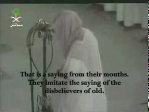 Kabe İmamı Kur' an Kerim okurken ağlayarak kendisinden geçiyor.