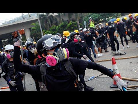 مواجهات بين الشرطة ومحتجين في هونغ كونغ وإغلاق أربع محطات لقطارات الأنفاق…