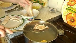 Салат из кальмаров с огурцами и соусом с жареным кунжутом. Как чистить кальмары.