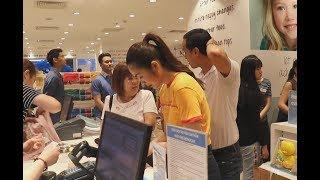 Tăng Thanh Hà đi mua quần áo Tết cho em bé, Louis Nguyễn đưa hàng tá thẻ tín dụng để thanh toán