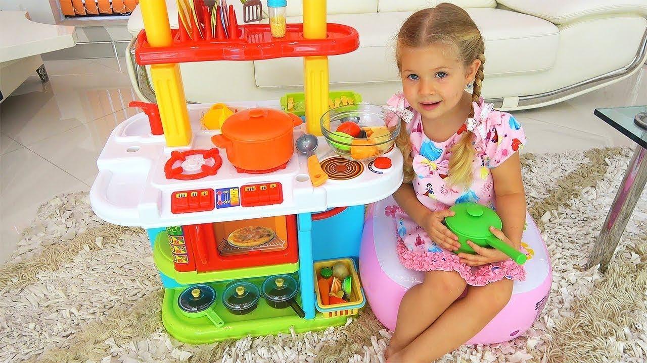 ダイアナ、可愛いキッチンのおもちゃでお料理ごっこ遊び