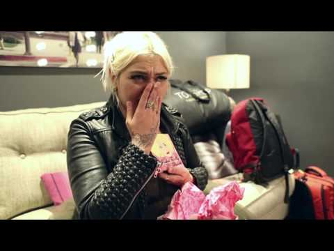 Nicole Alvarez Delivers Elle King Gift From Young Fan