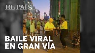 El BAILE VIRAL de un anciano en GRAN VÍA al ritmo de los artistas callejeros de MADRID