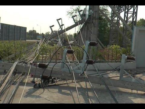 พายุพัดถล่มบ้านเรือนบุรีรัมย์ เสาไฟฟ้าหักโค่น