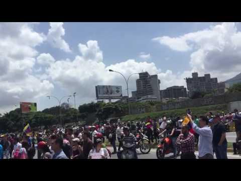 MANIFESTANTES EN ESTE MOMENTO FRENTE A LA BASE AREA DE LA CARLOTA CARACAS