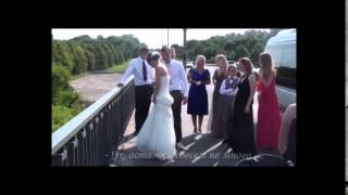Жених несёт невесту через мост