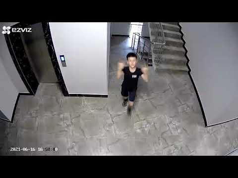 Юный грабитель показывает фак