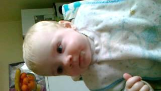 lukas på 2 år synger lille sommerfugl