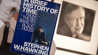 أغراض خاصة بعالم الفيزياء الراحل ستيفن هوكينغ للبيع في المزاد …