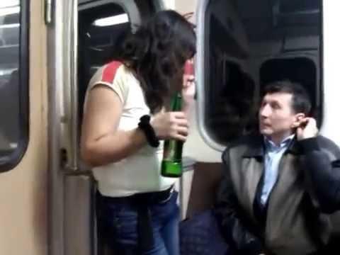 Пристаёт в метро к блондинке порно