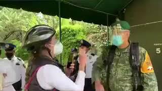 Oficial del Ejército Mexicano es insultado por una mujer