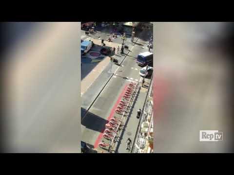 Barcellona, furgone sulla folla: il van fermo al centro della Rambla dopo lo schianto