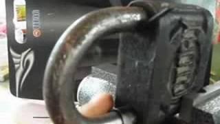 Вскрытие навесного замка(Вскрытие навесного замка методом отжатия защелки., 2008-08-07T08:52:14.000Z)