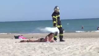 Приколы. Мужик красавец. Ходит в костюме пожарного и тушит всех курящих!!Fireman