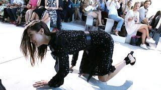 فيديو بيلا حديد تسقط على منصة عرض مايكل كورس..