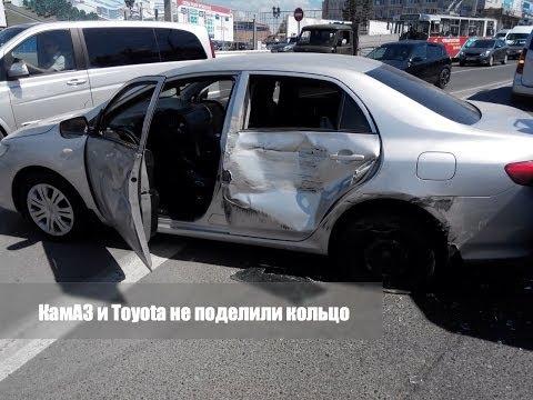 Toyota Corolla и КамАЗ не поделили кольцо у Мега Молла в Чебоксарах