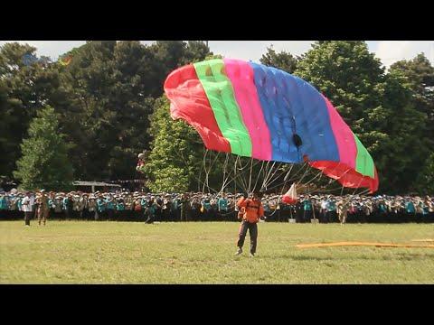 Download Aksi Terjun Payung Meriahkan Pembukaan PPSMB UGM 2016
