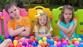 Stacy und ihre Freunde spielen mit neuen Spielsachen