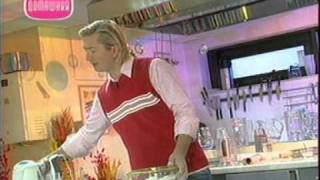 Розы из мастики, Штрудель с ореховой начинкой(Видео-рецепты от Александра Селезнева: Розы из мастики, Штрудель с ореховой начинкой. Передача