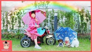 콩순이 상어가족 인형 비가 와서 우산이 필요해요! 인기 동요 장난감 놀이 Learn Colors Nursery Rhymes Songs For Kids | MariAndKids