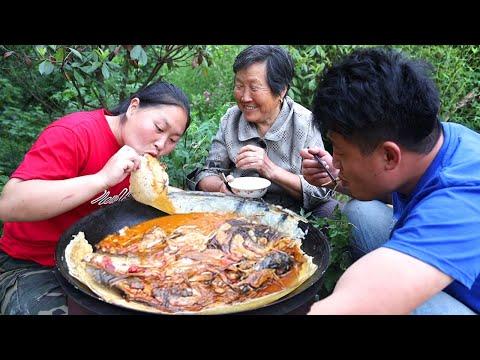 胖妹跑水库买鲜鱼,一次整5斤,铁锅炖鱼贴饼子,鲜香过瘾,奶奶吃的停不下来了!【陈说美食】