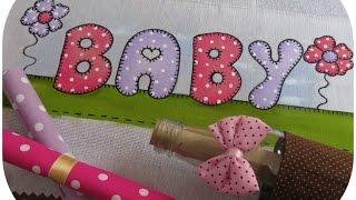Pintando letras em fraldas para meninas
