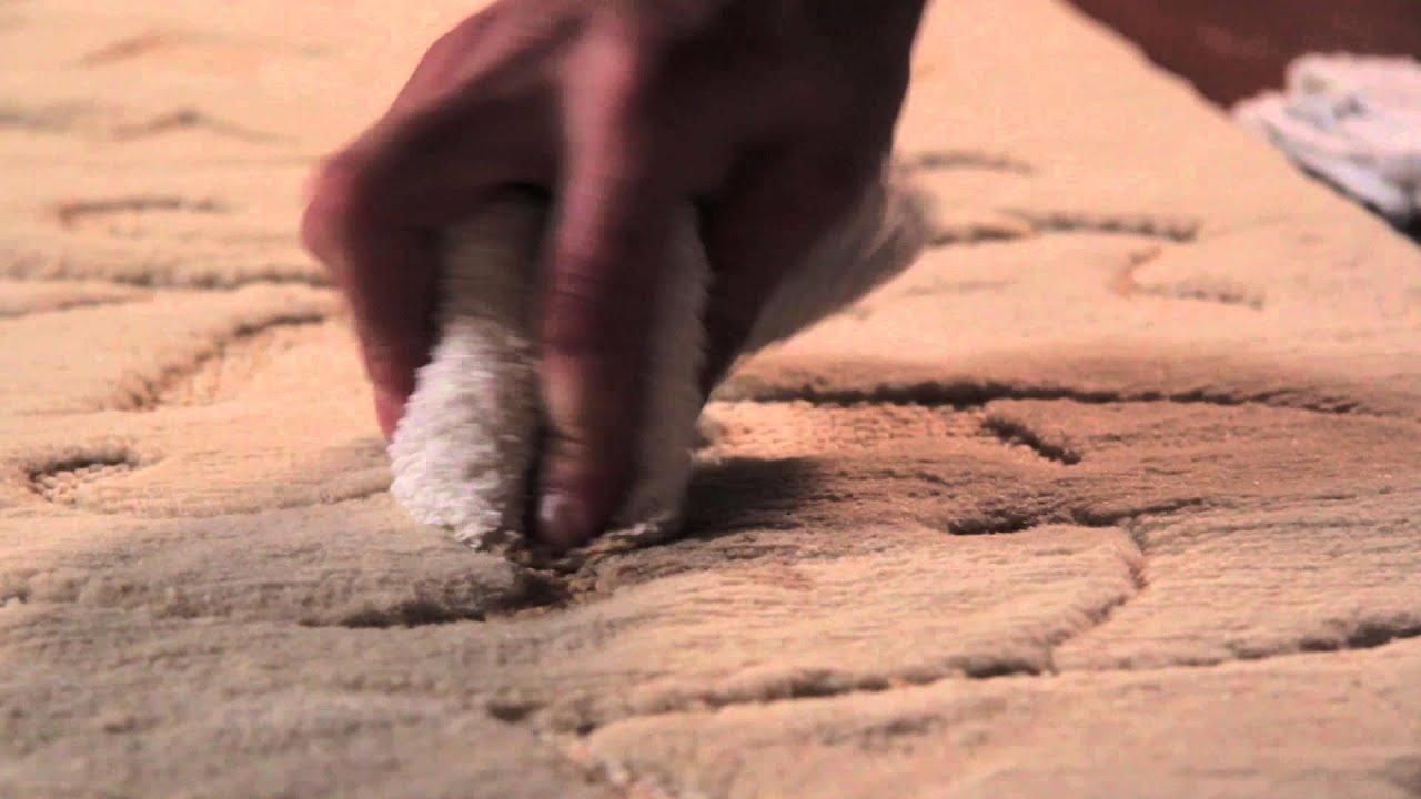 nettoyer une tache de cafe sur un tapis